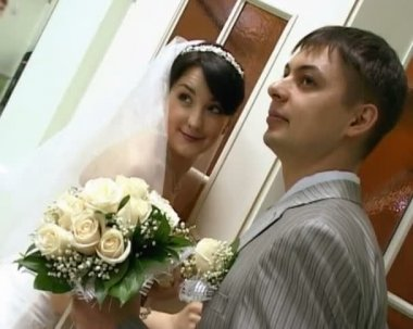Bridegroom with bride holding wedding bunch of flowers — Stock Video