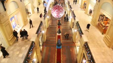 Second and ground floor of GUM decorated by New Year, with buyers walking on them — Stock Video