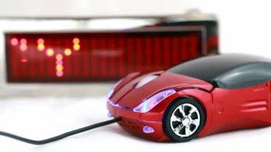 Souris d'ordinateur sous forme d'automobile se trouve à côté de l'affichage led d'information grâce à la technologie de la parole — Vidéo