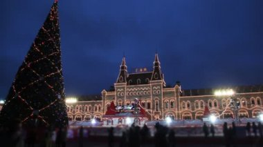 Skating rink and New Year tree on Red Square in Moscow at GUM in evening — Stock Video