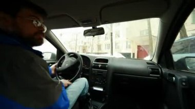 The driver drives the car in modern city, sunny day, time lapse. — Stock Video