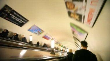 Down in subway on escalator, Komsomolskaya station — ストックビデオ