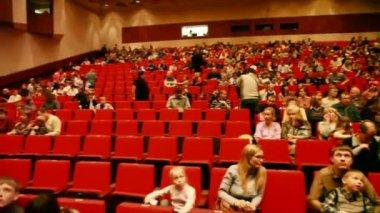 Moskau - 22. Februar: Erwachsene und Kinder auf roten Stühlen in einem sitzen — Stockvideo