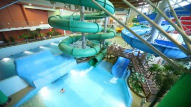 Bathe in pools and slip on inflatable rings in water park — Stock Video