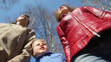 Family of three admires the scenery in spring park, down-top view — Stok video