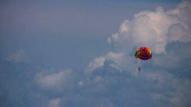 Volo planato due esseri umani su paracadute volando in cielo — Video Stock