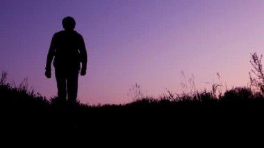 Travaler avec sac à dos se promène dans le ciel — Vidéo