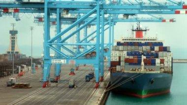 Laden van lading op het schip van de lading op de aanlegsteiger. time-lapse — Stockvideo