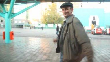 鉄道の駅で電車に近い実行オフを見て高齢者の男 — ストックビデオ