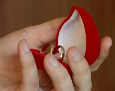 Ręka mężczyzny zamykając box z obrączki — Wideo stockowe