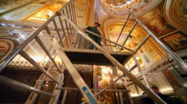 Workers assembles erecting ladder in orthodox cathedral — Stock Video