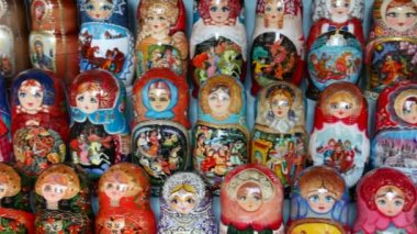 Many souvenir Russian wooden dolls, which are called Matryoshka are on counter in shop — Stock Video