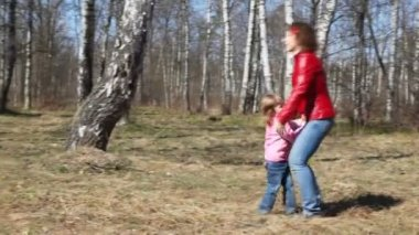 Little girl runs to her young mother and throws into her arms — Stock Video