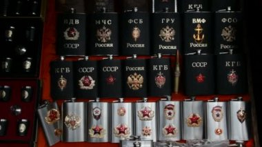 Many souvenir flasks with Soviet and Russian symbols in shop — Stock Video