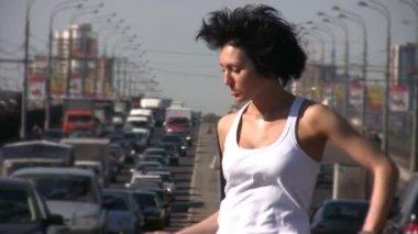 девушка танцует на середине шоссе — Стоковое видео