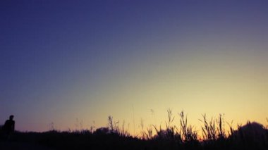 Seyahat etmek sırt çantası ile yokuş aşağı gökyüzü yürür — Stok video