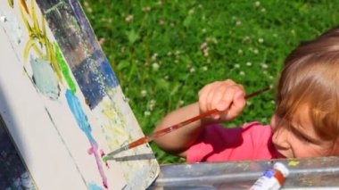 Unidentified man teaching girl to painting summer nature — Stock Video