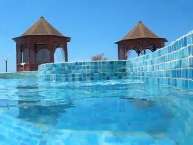 水のプールに飛び込むカメラ — ストックビデオ