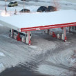 In winter city cars refuel at petrol station — Stock Video