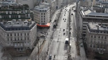 Street of wintry Paris, view from Triumphal Arch — Stock Video