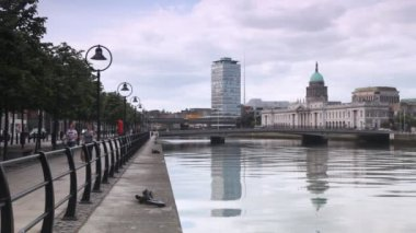 Calm Liffey River and magnificent Custom House in centre of Dublin — Stock Video