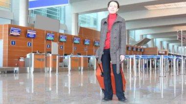 Mujer en el hall del aeropuerto — Vídeo de Stock