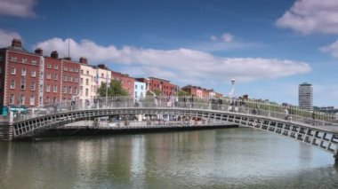 Busy walking on Ha'penny Bridge across River Liffey in Dublin — Stock Video