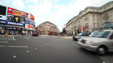 Vehicle traffic at Piccadilly Circus in London, England. — Stock Video