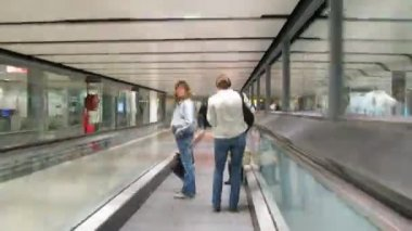 Movement on corridors and airport halls in London, England. — Stock Video