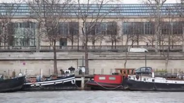 Quay of Siene river in Paris with motor cutters — Stock Video