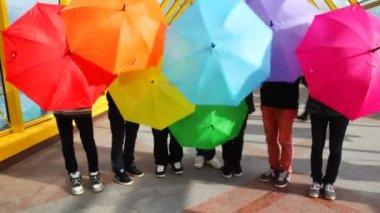 мужчины спина красочные зонтики и сделать их более низкой вниз — Стоковое видео