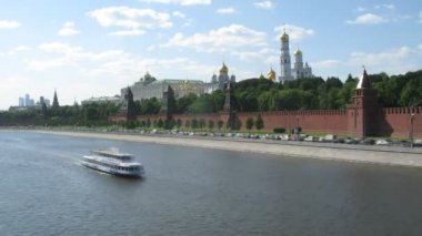 Walking ship and car traffic near Kremlin in Moscow, Russia. — Stok video