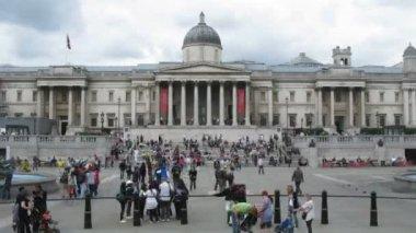 Mnoho turistů na náměstí v londýně, anglie. — Stock video