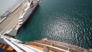 Crociera nave commovente passaggio di ormeggio, vista dal ponte superiore a dubai, emirati arabi uniti. — Video Stock