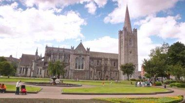 Procházky v parku poblíž Katedrála velkolepý svatého Patrika v Dublinu — Stock video