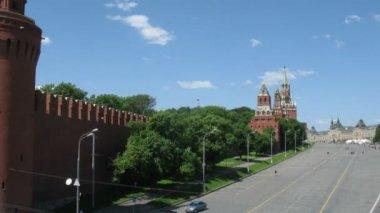 дорога на красную площадь, кремль и реку. — Стоковое видео