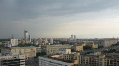 Hemel over westerse bestuurlijke eenheid in moskou, rusland. — Stockvideo