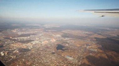 Vista superior en la ciudad a través de la ventana de volar aviones — Vídeo de stock