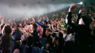 Ufuk seyirci hip hop gösterisi sırasında ellerini yükselterek — Stok video