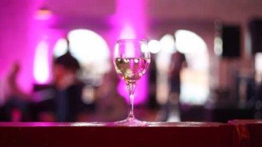Wijnglas staat op tafel — Stockvideo