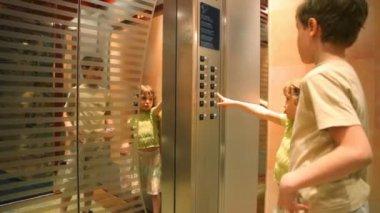 Verboden voor kinderen zonder volwassenen te gebruiken lift — Stockvideo