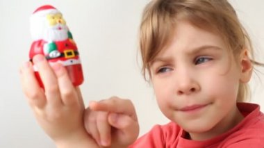 Girl with kitchen timer in Santa Claus form — Stock Video