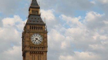 Big bena na tle nieba. londyn, anglia. — Wideo stockowe