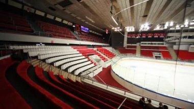 Spezielle maschine reinigt eis am leeren sport arena eishockey — Stockvideo