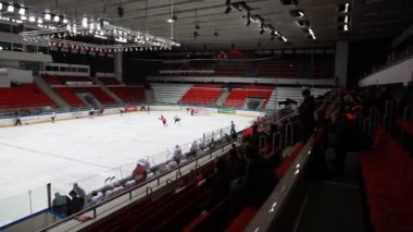 "Beginning junior hockey match ""Spartak""-""Almaz"" of MHL in sports palace ""Sokolniki"" — 图库视频影像"