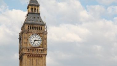 Big Ben rings his bell in morning time — Stock Video
