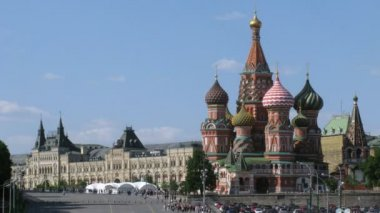 St.Basil's Cathedral and GUM in sunny day in Moscow, Russia. — Stock Video