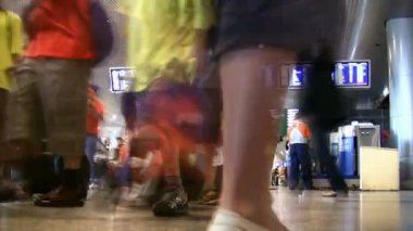 Stojí poblíž zobrazovací plošinu na letiště domodědovo, moskva. — Stock video