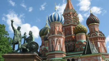 St. Basil's Cathedral and monument to Minin and Pozharsky on Red square — Stock Video