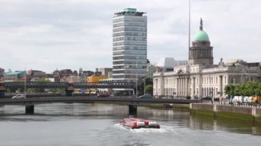 Tourist boat goes on Liffey River near Custom House — Stock Video